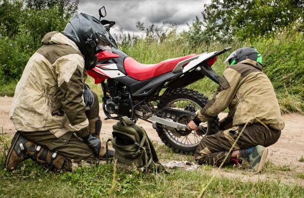 Reparación de motos en la carretera Foto Premium
